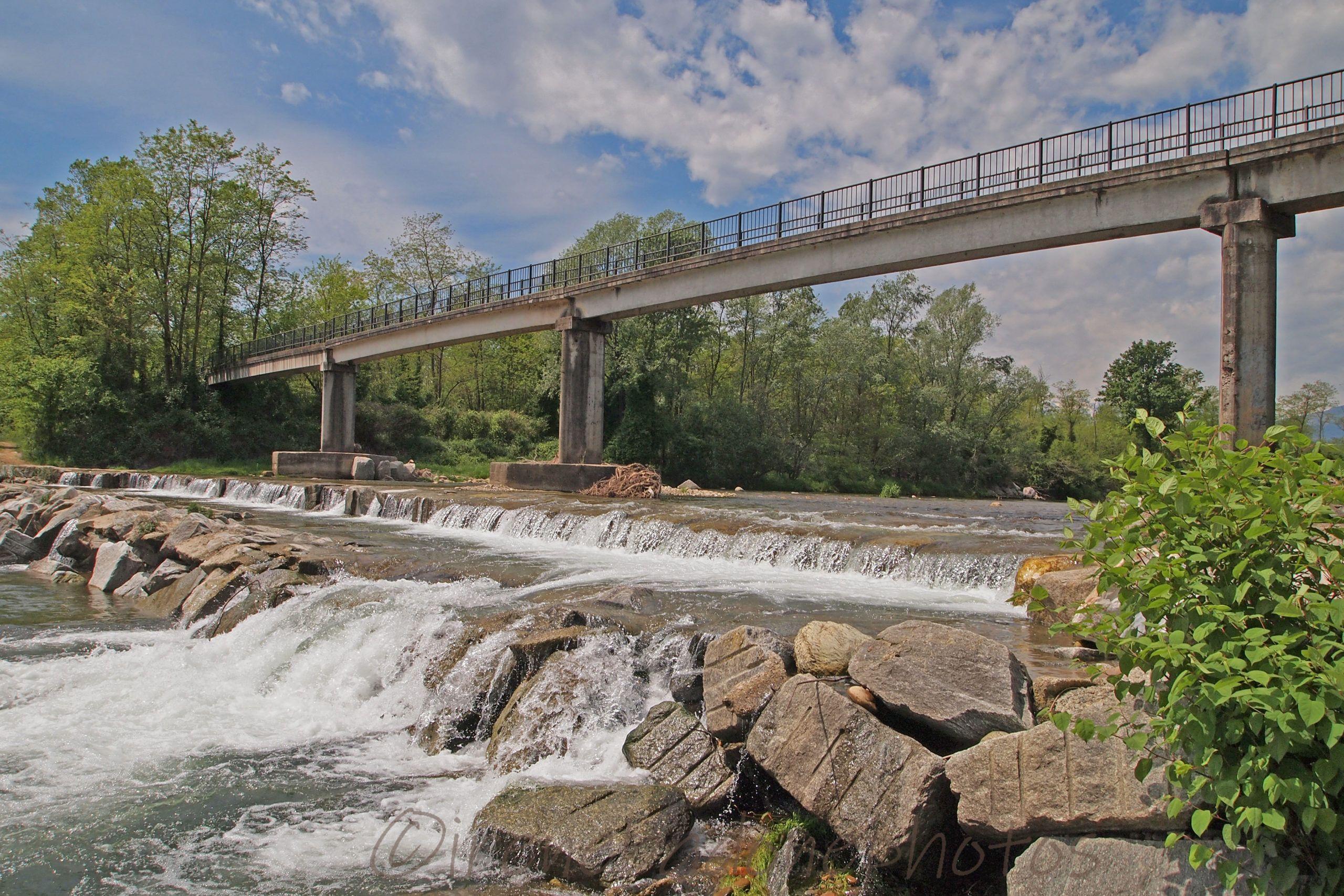 Il ponte pedonale sul torrente Elvo