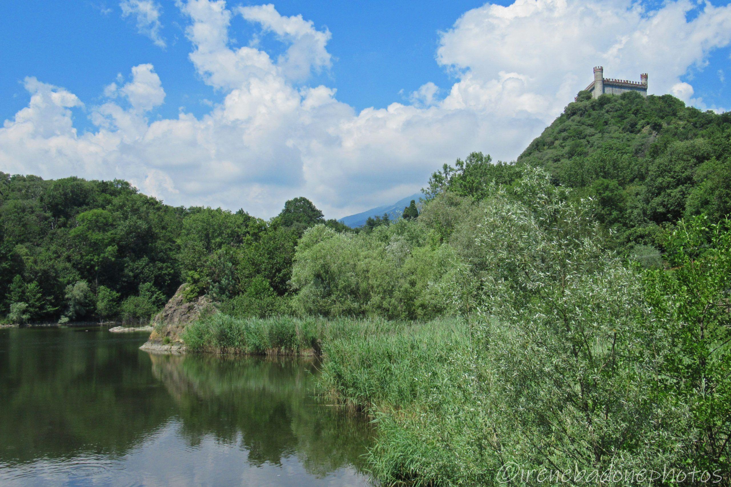 Il castello di Montalto Dora si affaccia sul Lago Pistono