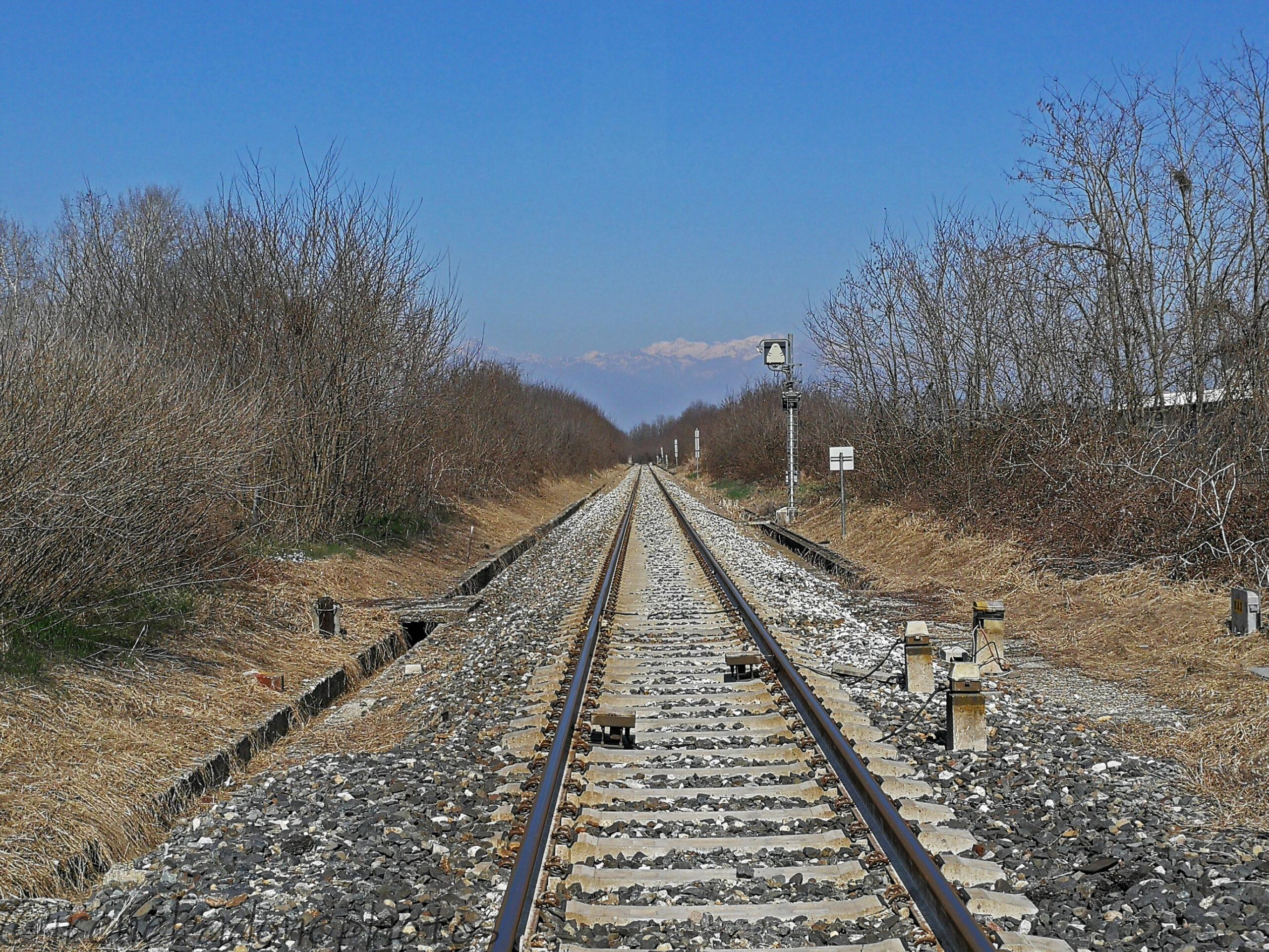 Attraversando la ferrovia nei pressi della dismessa stazione del Brianco